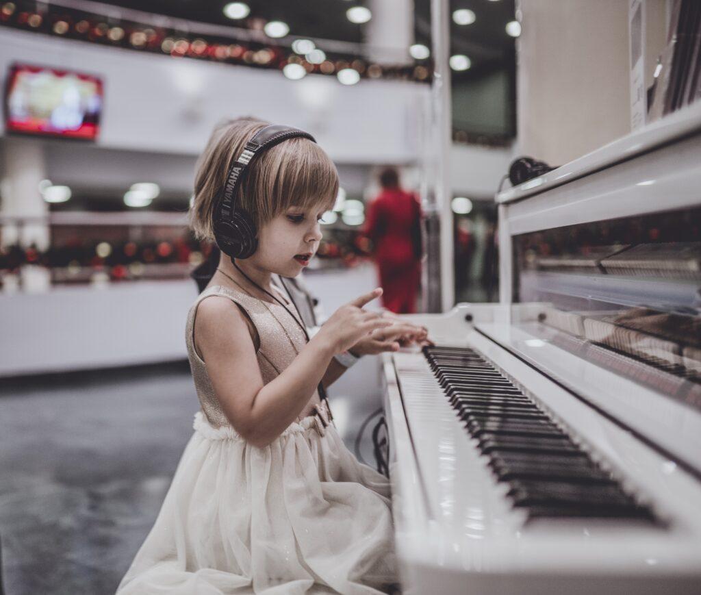 ピアノを弾くときの理想的な手の形や鍵盤を押す指の場所は?
