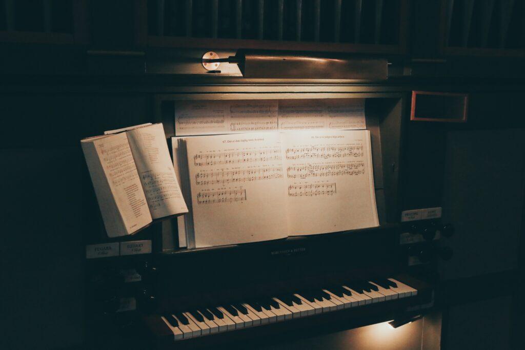 【「譜めくり」について】ピアノを両手で弾いている時に、楽譜はいつどうやってめくっているの?