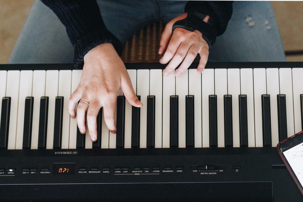 インターネット上でオンラインピアノレッスンを受けるためには