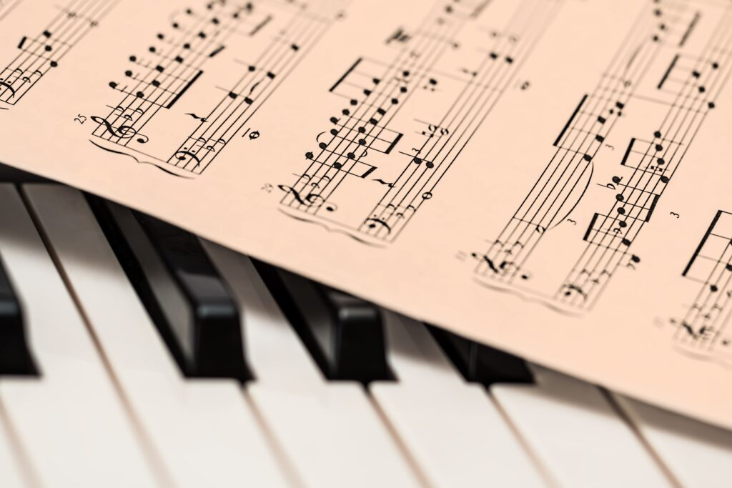 ピアノの楽譜で、シャープ#とフラット♭の使い分けのルールってあるの?