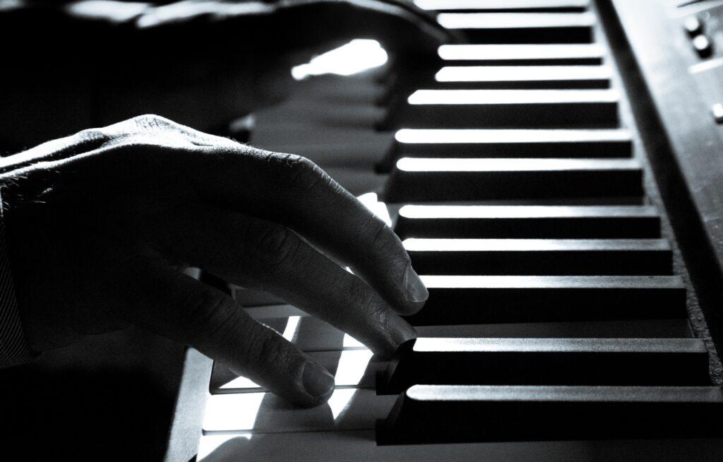 【ピアノ初心者】指の動きが鈍いと思ったらマムシ指かもしれない!指に潜むマムシ退治をしよう!