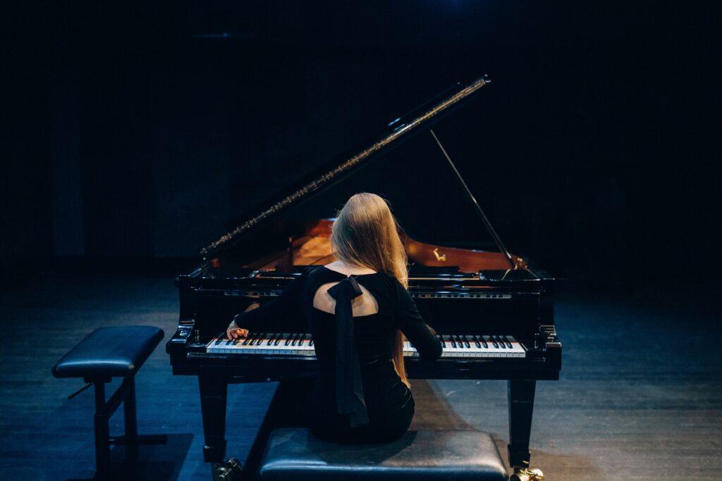 ピアノを弾くときの基礎の基礎!腕から肩、背中や顔、手のフォーム、指の使い方について