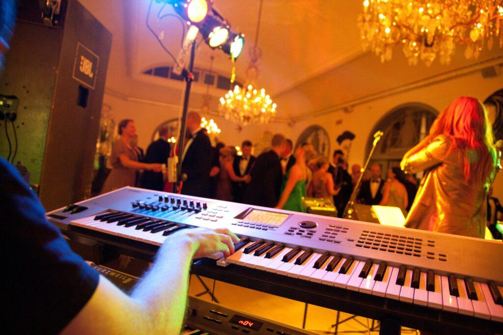 初めてバンドでピアノやキーボードを弾くときはどうしたらいいの!?意外と誰も教えてくれない初心者キーボーディストのためのバンド作法