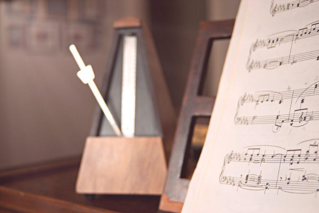 【ピアノ初心者】テンポが早くなったり遅くなったりするときは一定に弾く練習をしよう!メトロノームの効果的な使い方も紹介!