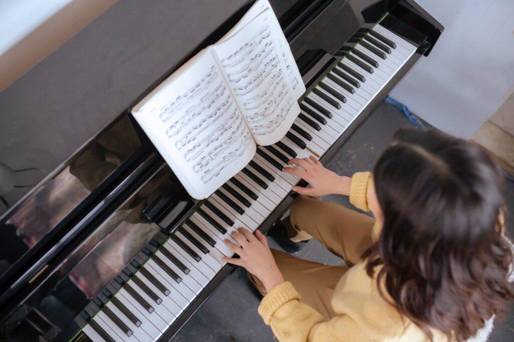 初心者がピアノで「ブラインドタッチ」で弾けるようになるにはどれくらい時間がかかるか?手元をガン見しなくても弾けるようになるための道筋とは?